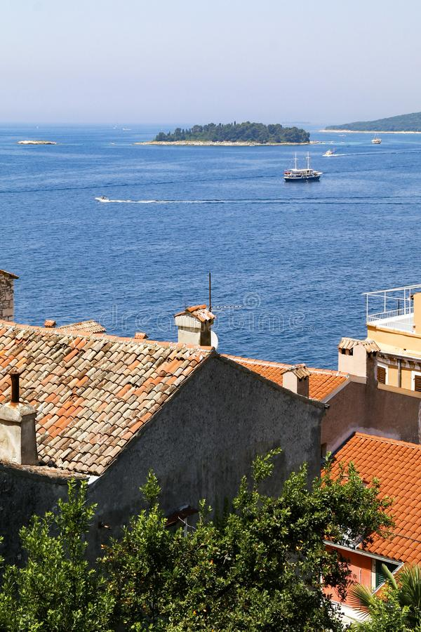Vista através das construções telhadas vermelhas da cidade velha de Rovinj, Croácia foto de stock royalty free