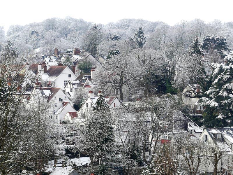 Vista através das partes superiores do telhado na vila de Chorleywood, Hertfordshire, Reino Unido na neve do inverno fotos de stock