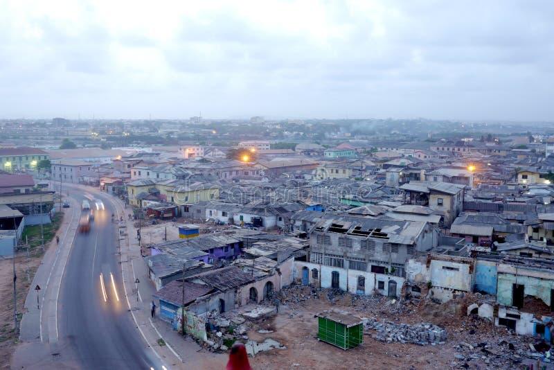 Vista através de Accra do centro, Gana na luz da noite imagens de stock