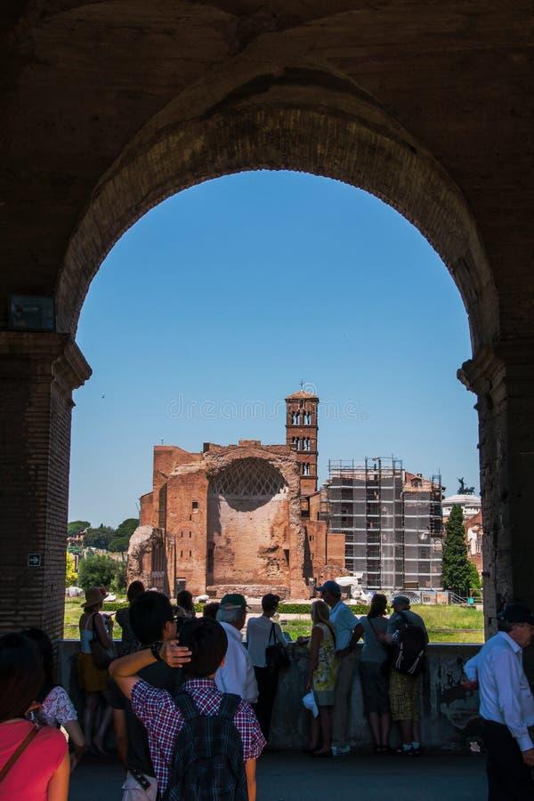 Vista através de um arco do Colosseum fotografia de stock