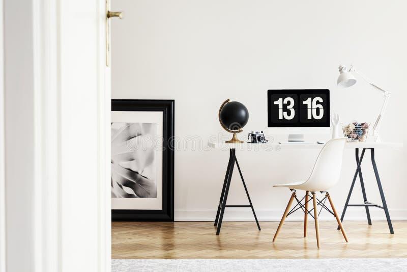 Vista através de um estar aberto a um interior brilhante do escritório domiciliário para um artista com computador em um assoalho imagem de stock royalty free