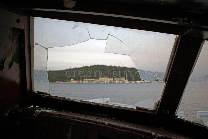 Vista através de uma janela quebrada imagens de stock royalty free