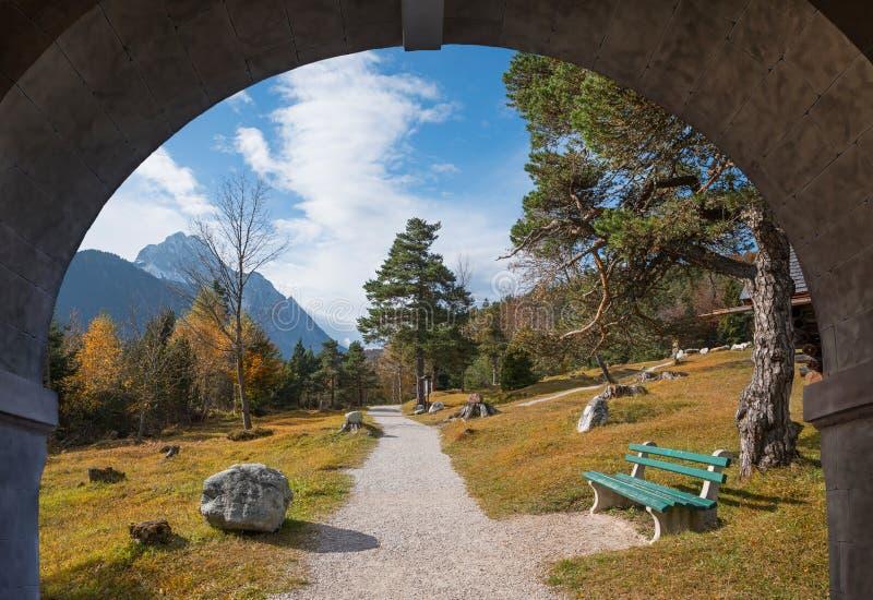 Vista através do arco de pedra, fuga de montanha geológico perto do mittenwald fotos de stock