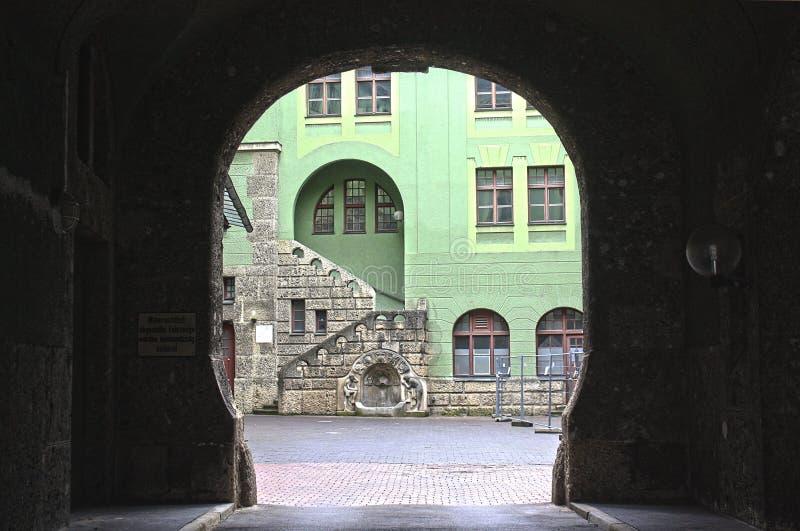 Vista através do arco moderno em Augsburg, Alemanha foto de stock