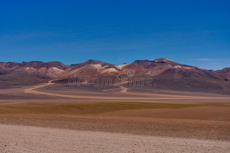 Vista através do deserto Salar de Uyuni de Dali Mountains Altiplano Peru fotos de stock royalty free