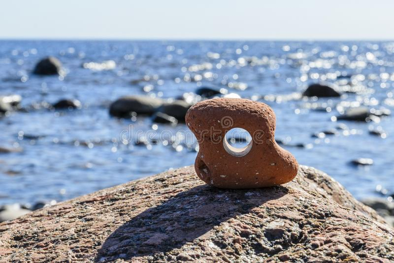 Vista atrav?s do furo, contra o mar entre as pedras fotografia de stock royalty free