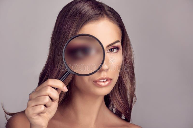 Vista através do magnifier imagens de stock royalty free