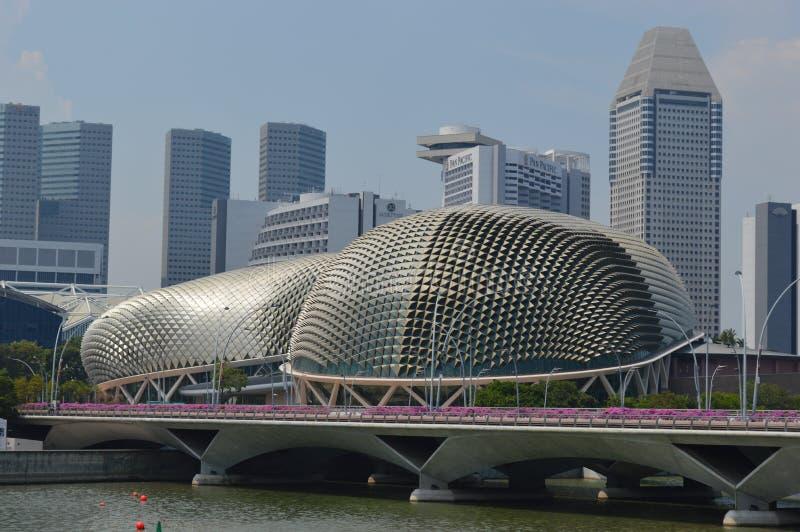 Vista através do Padang aos teatros na baía, Singapura da esplanada fotos de stock