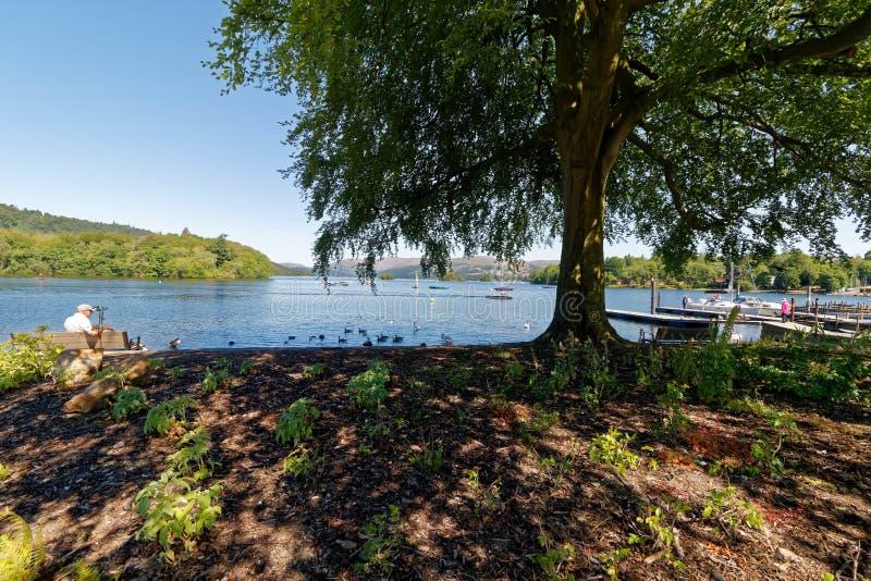 Vista através do parque nacional do distrito do lago do windermere do lago foto de stock royalty free
