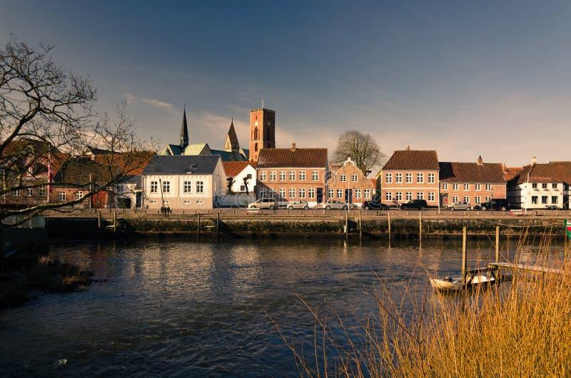 Vista através do rio no centro histórico da cidade Ribe, Dinamarca foto de stock royalty free