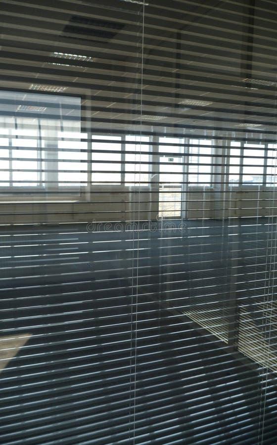 Vista através dos antolhos do escritório em uma construção vazia fotos de stock