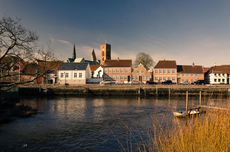 Vista attraverso il fiume sul centro storico della città Ribe, Danimarca fotografia stock libera da diritti