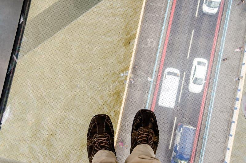 Vista attraverso il pavimento di vetro del ponte della torre, Londra immagine stock libera da diritti
