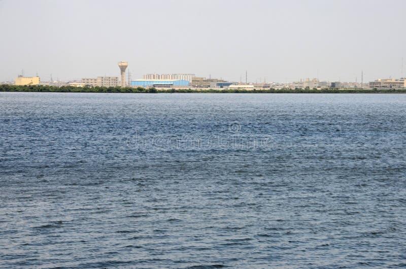 Vista attraverso l'acqua del porticciolo di The Creek a Karachi Pakistan immagine stock libera da diritti