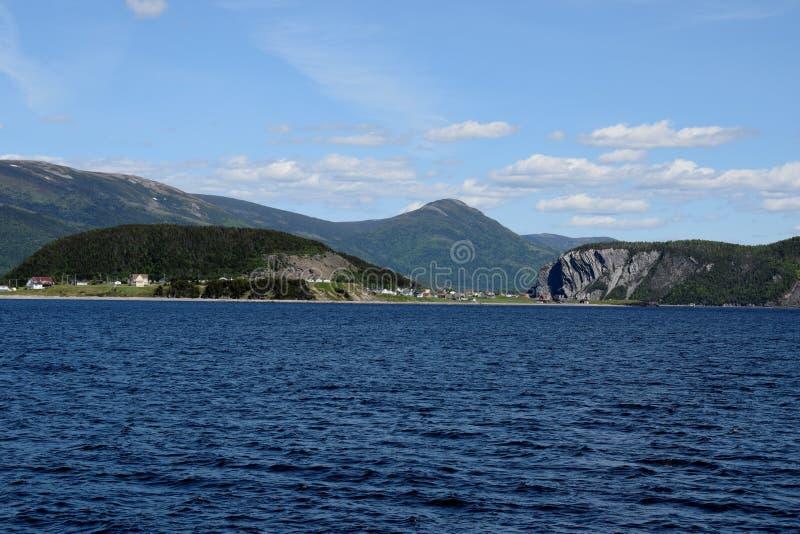 Vista attraverso la baia di Bonne verso Norris Point immagini stock libere da diritti