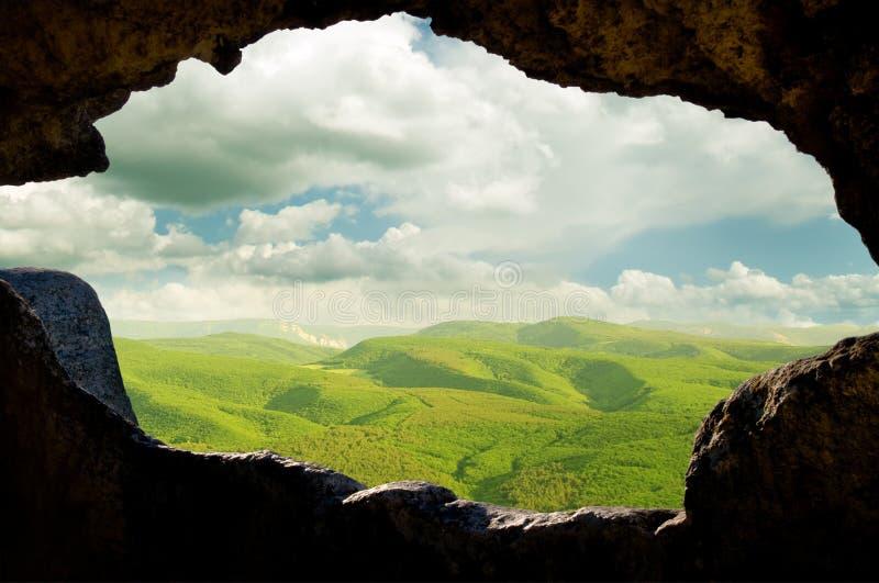 Vista attraverso la finestra delle dimore di caverna immagini stock libere da diritti