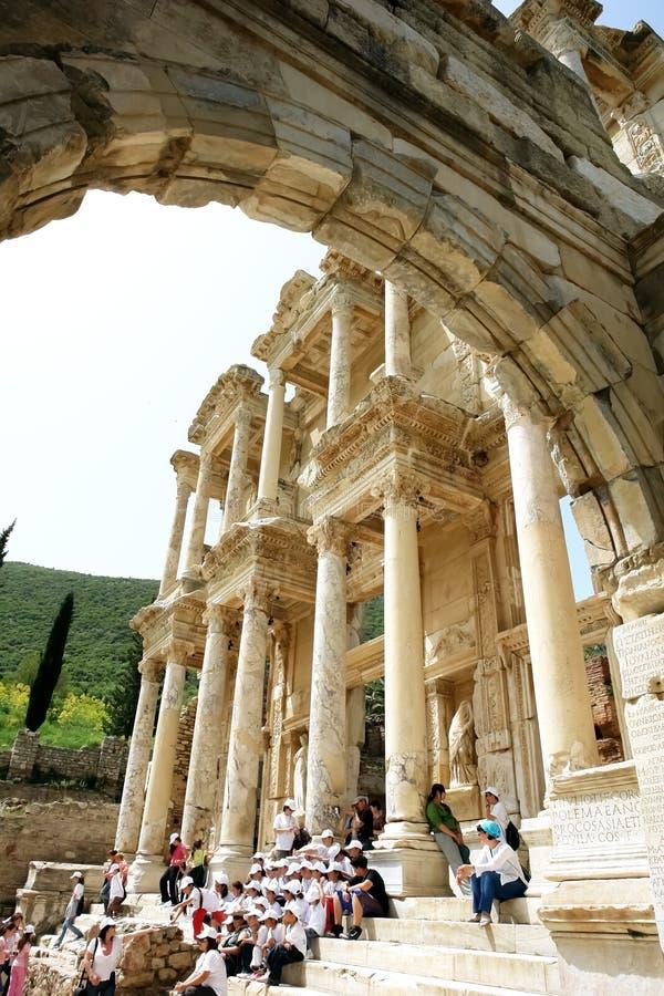 Vista attraverso un vecchio arco alle rovine del libra romano antico fotografia stock