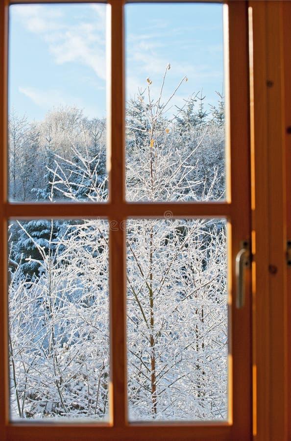 Vista attraverso una finestra, orario invernale fotografie stock
