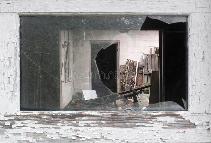 Vista attraverso una finestra rotta fotografie stock libere da diritti