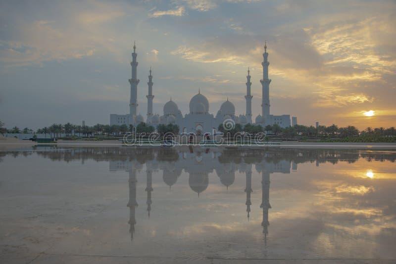 Vista axial da grande mesquita de Abu Dhabi no por do sol imagens de stock royalty free
