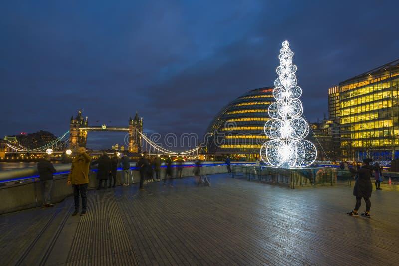 Vista ayuntamiento Londres en la noche con el árbol de navidad imagen de archivo libre de regalías