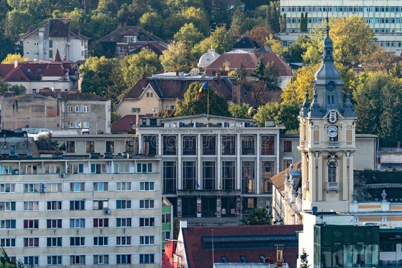 Vista ayuntamiento y Student' Cluj-Napoca; casa de s de la cultura en Cluj-Napoca, Rumania fotos de archivo libres de regalías