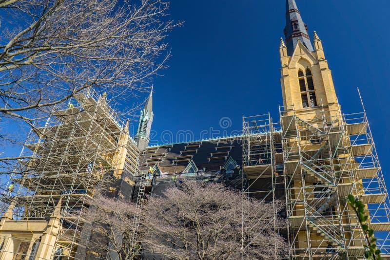 Vista bassa del ripristino della chiesa cattolica di Andrew's del san fotografia stock libera da diritti