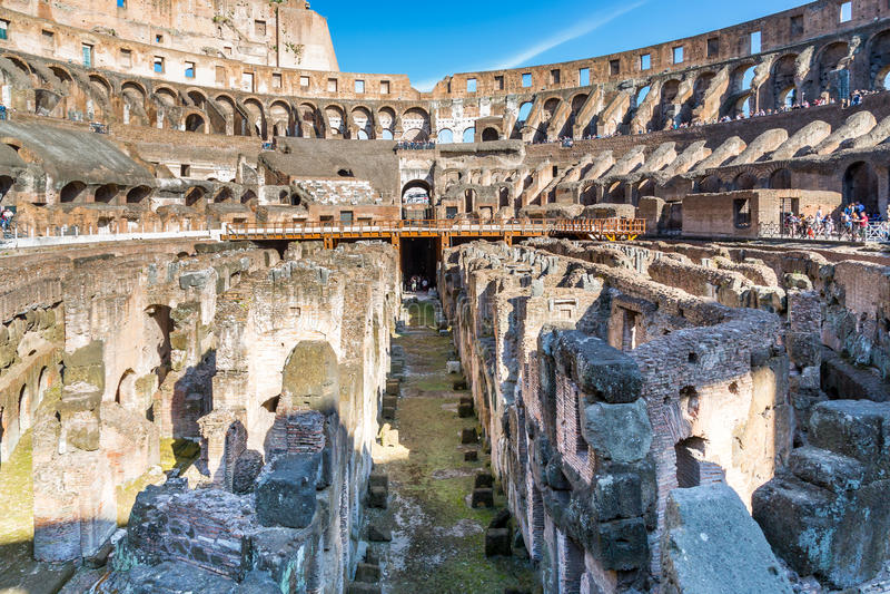 Vista bassa di Colosseum interno, Roma immagini stock libere da diritti