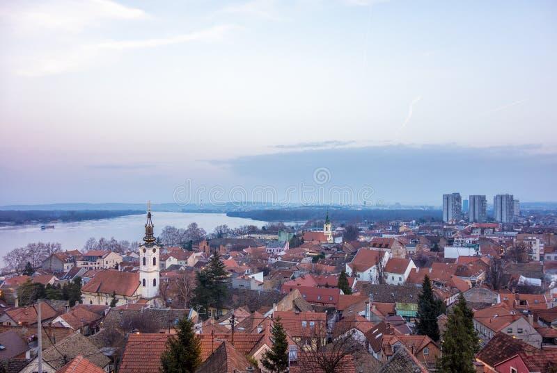 Vista a Belgrado e ao Danube River do monte de Gardos em Zemun, Sérvia, no crepúsculo fotografia de stock