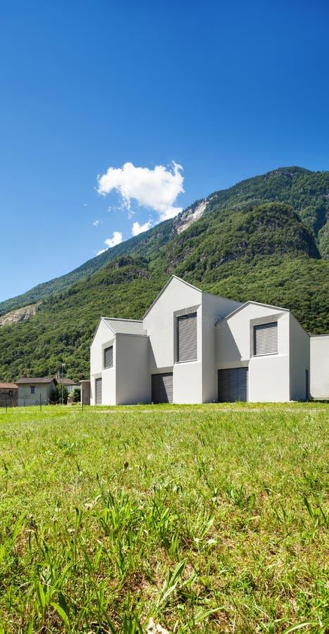 Terrazzo di una casa moderna della montagna fotografia for Casa moderna bianca