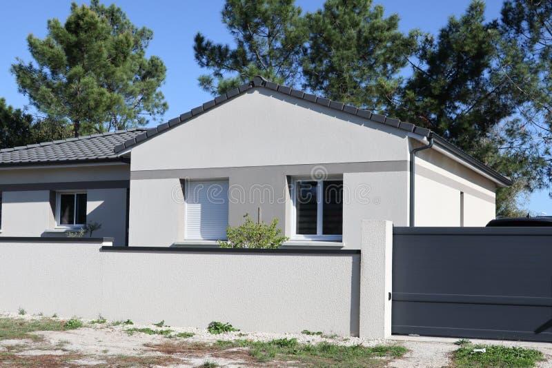 Grande esterno moderno grigio della casa fotografia stock for Casa moderna bianca