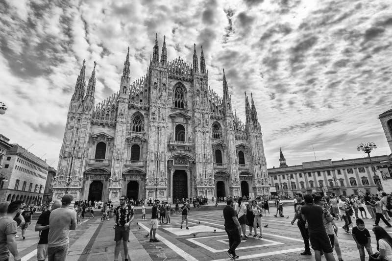 Vista in bianco e nero della facciata del duomo a Milano, Italia fotografia stock libera da diritti