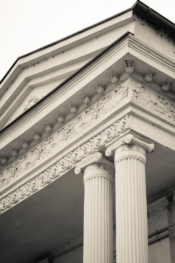 Vista in bianco e nero di una coppia di colonne Nero verticale e fotografia stock