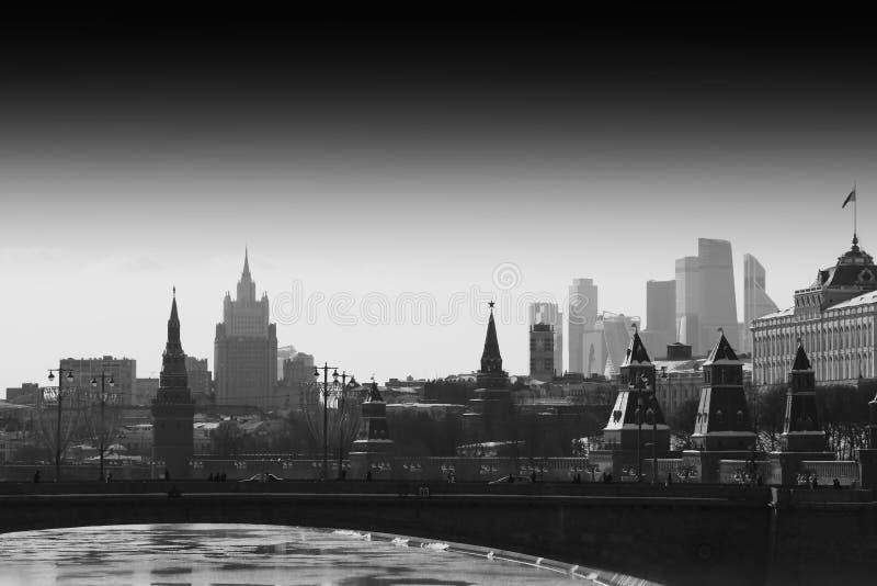 Vista in bianco e nero orizzontale sul fondo della città del quadrato rosso di Mosca fotografie stock libere da diritti