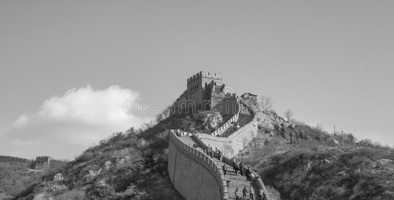 Vista blanco y negro de la Gran Muralla de China que sube al top de un canto de la montaña imagen de archivo libre de regalías