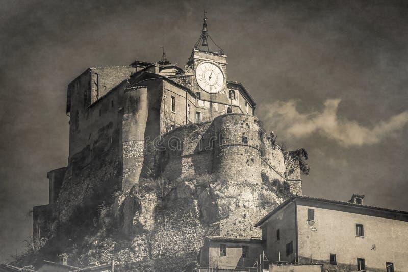 Vista blanco y negro del castillo del misterio en Subiaco foto de archivo