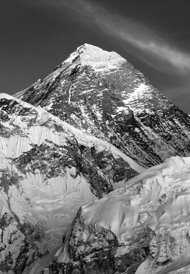 Vista blanco y negro del monte Everest de Kala Patthar imagenes de archivo