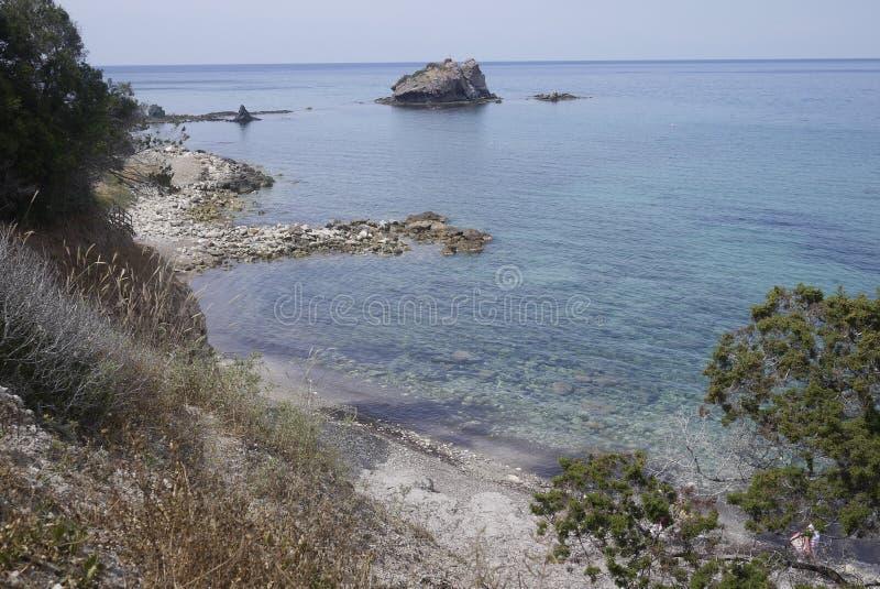 Vista blu della spiaggia rocciosa del mare della radura del Cipro sulla costa del nord fotografia stock