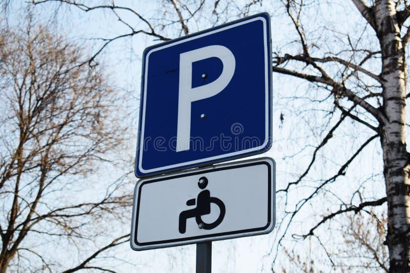 vista blu della tinta del segnale stradale di angolo largamente Parcheggio soltanto per la gente con le inabilità immagini stock