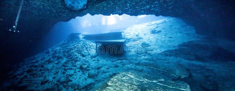 Vista blu di Caveran della grotta fotografia stock