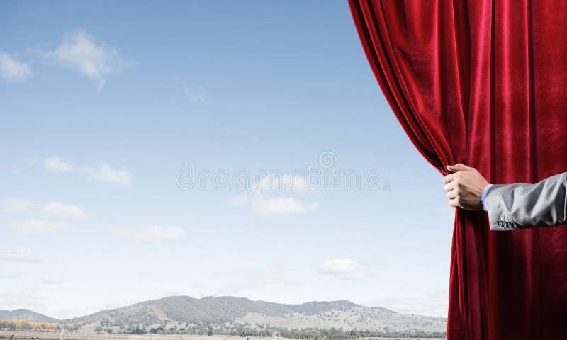 Vista bluesky naturale di estate dietro la tenda rossa del velluto royalty illustrazione gratis