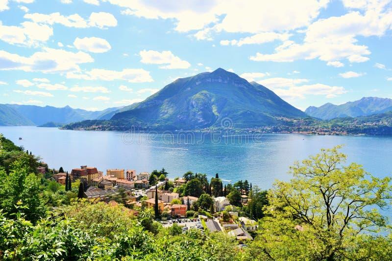 Vista bonita à cidade de Varenna e ao lago Como das montanhas sobre Varenna em um dia de verão ensolarado brilhante fotos de stock royalty free