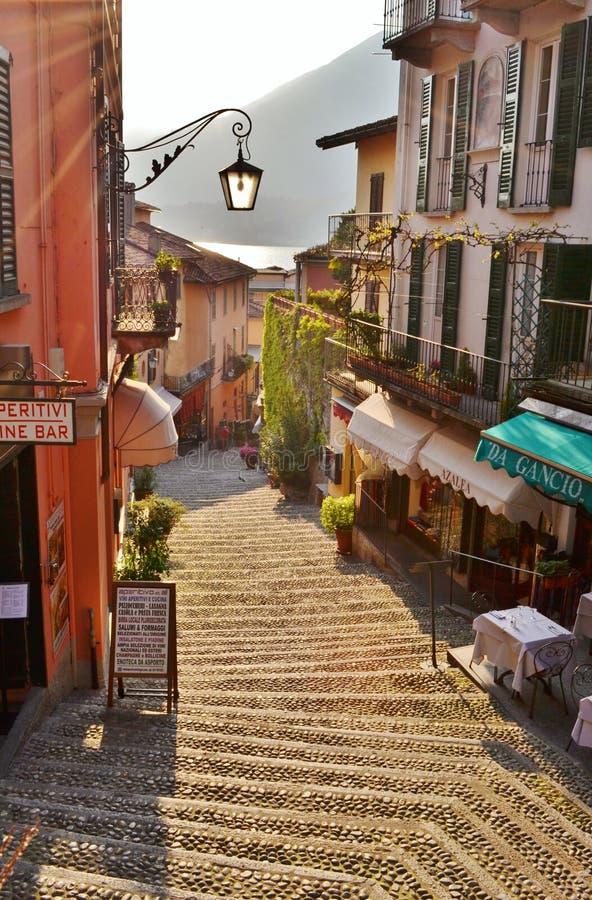 Vista bonita à rua comercial famosa de Bellagio em um dia ensolarado da mola KE Como em Bellagio fotos de stock royalty free