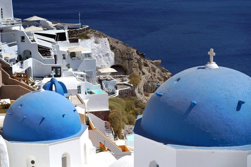 Vista bonita com as igrejas em Santorini, Cyclades imagem de stock royalty free