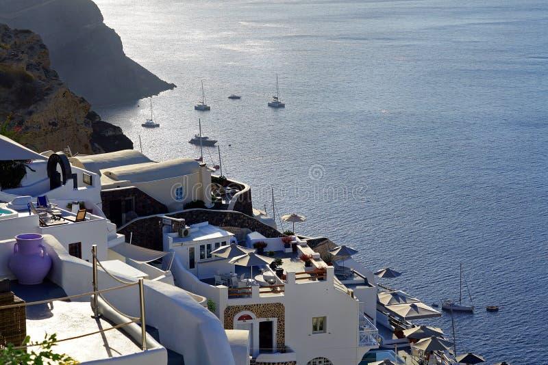 Vista bonita com os apartamentos luxuosos em Santorini, Cyclades foto de stock royalty free
