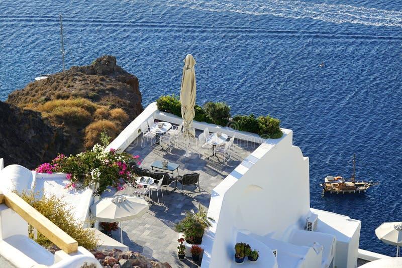 Vista bonita com os apartamentos luxuosos em Santorini, Cyclades fotos de stock