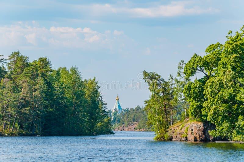 Vista bonita da água à ilha com a igreja ortodoxa no horizonte St Nicholas Skete do monast?rio de Valaam fotos de stock
