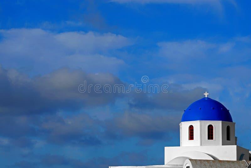 Vista bonita da abóbada azul de uma igreja em Santorini, Cyclades fotos de stock