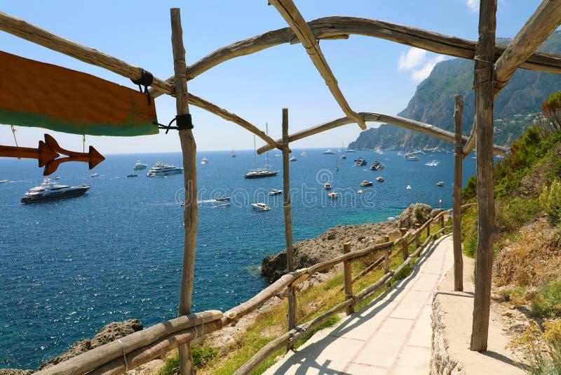 Vista bonita da baía de Capri com os iate das arcadas de madeira, Itália foto de stock royalty free