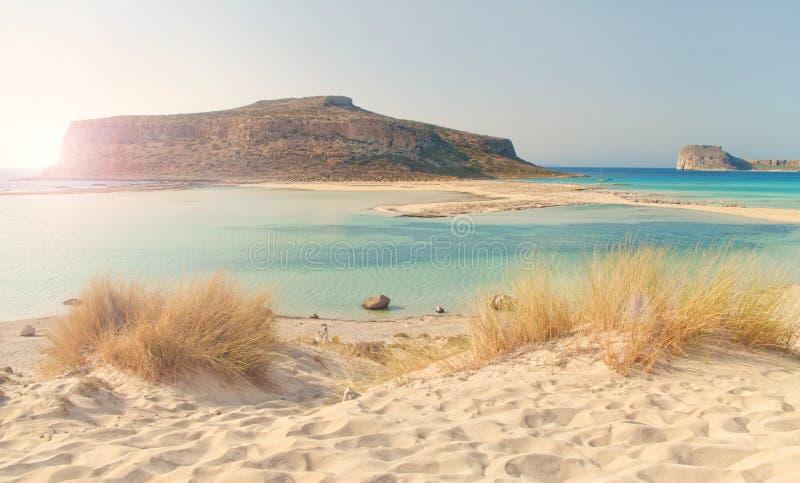 Vista bonita da baía do mar com a ilhota no por do sol imagens de stock royalty free